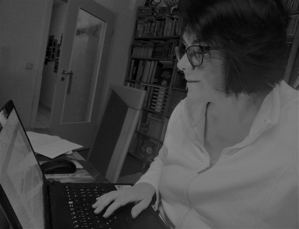 Nicole Isermann beim Bloggen im Homeoffice