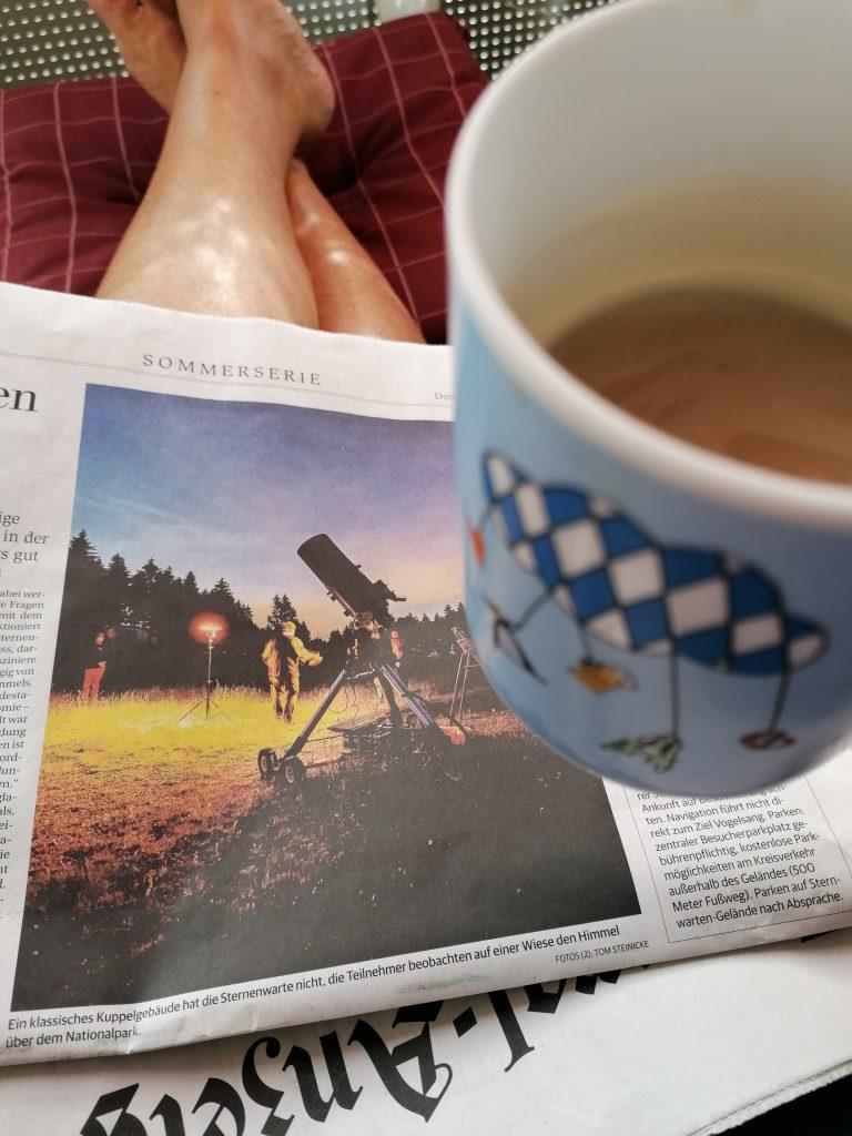 Tasse Kaffee mit Zeitung